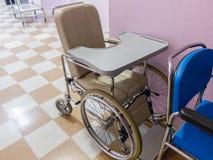 Silla de ruedas vacía en un hospital Fotografía de archivo libre de regalías