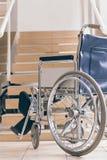 Silla de ruedas y escaleras vacías Realidad discapacitada de la accesibilidad fotos de archivo