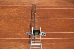 Silla del campo de tenis y del árbitro Imagenes de archivo