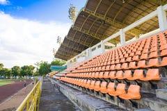 Silla del estadio con el cielo azul, anaranjado Foto de archivo