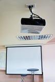 Silla del profesor y del proyector LCD en la sala de clase Imagen de archivo libre de regalías