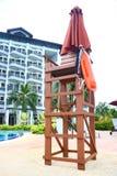 Silla del salvavidas en el Poolside Imagenes de archivo