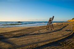 Silla del salvavidas en la playa vacía Fotografía de archivo libre de regalías