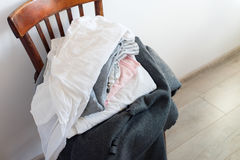 Silla del vintage con la pared del blanco de la tela escocesa de la cubierta de la almohada Fotografía de archivo libre de regalías