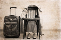 silla del vintage, foso clásico, zapatos del deporte, maleta Fotos de archivo libres de regalías