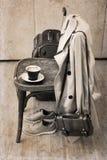 Silla del vintage, foso clásico, zapatos del deporte, maleta, taza de café Foto de archivo