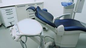 Silla dental con el equipo en la oficina dental almacen de video