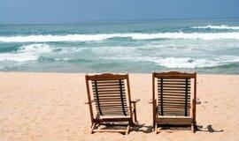 Silla dos en la playa (con el espacio para el texto) Imagen de archivo libre de regalías