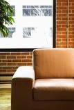 Silla en el apartamento del desván. fotografía de archivo