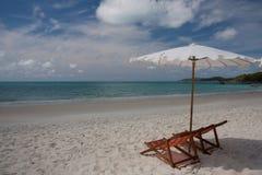 Silla gemela en la playa Fotos de archivo libres de regalías