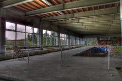 Silla larga abandonada en la piscina Imagen de archivo