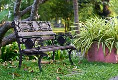 Silla o banco en parque o jardín con la atmósfera fresca imagen de archivo libre de regalías