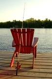 Silla roja de la pesca Fotos de archivo