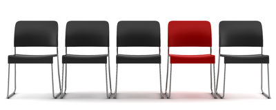 Silla roja entre las sillas negras aisladas en blanco Foto de archivo