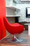 Silla roja redonda en la sala de estar Fotografía de archivo