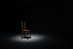 Silla sola en el cuarto vacío imagen de archivo