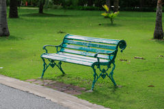 Silla verde en el jardín Fotos de archivo libres de regalías