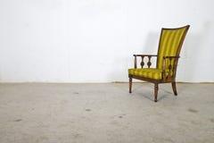 Silla vieja de la vendimia vacía, estudio sucio de la fotografía Imagen de archivo libre de regalías
