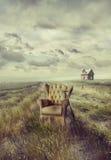 Silla vieja del sofá en hierba alta en el camino Imágenes de archivo libres de regalías