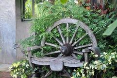 Silla vieja en jardín imagenes de archivo
