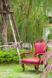Silla vieja en jardín Foto de archivo