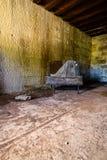 Silla vieja en un fuerte abandonado Fotografía de archivo