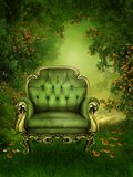 Silla vieja en un jardín verde Foto de archivo libre de regalías