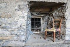 Silla vieja en una ruina, como, Italia Fotos de archivo