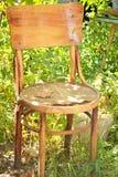 Silla vieja que se coloca en la yarda de un verano Imagen de archivo