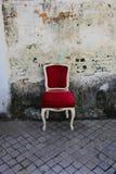 Silla vieja roja imagen de archivo libre de regalías