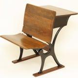 Silla y escritorio antiguos de la escuela Imágenes de archivo libres de regalías