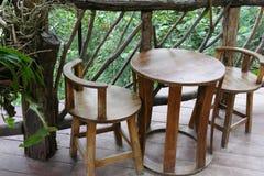 Silla y escritorio de madera en la terraza Foto de archivo