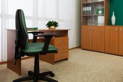 Silla y escritorio por la ventana imagen de archivo