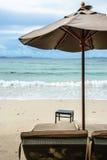 Silla y paraguas de playa Imagen de archivo libre de regalías