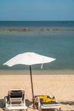 Silla y paraguas de playa Fotografía de archivo libre de regalías