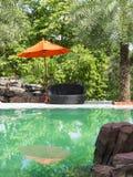 Silla y parasol de la piscina Fotos de archivo