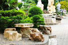 Silla y tabla de piedra en el jardín. Imagen de archivo