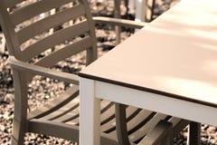 Silla y tabla elegantes imagen de archivo libre de regalías