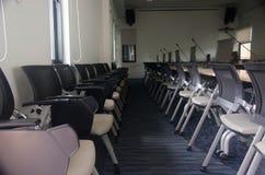 Silla y tabla en sala de reunión Fotos de archivo