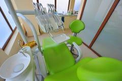 Silla y utensilios dentales (oficina de los doctores) Imágenes de archivo libres de regalías