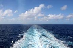 Sillage de bateau de croisière Photos libres de droits