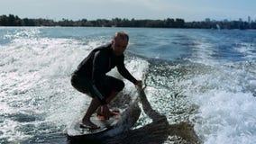Sillage de sportif surfant sur des vagues dans le mouvement lent Cavalier faisant le cascade de ressac de sillage banque de vidéos