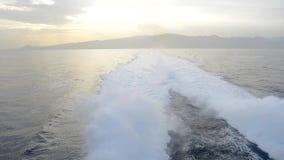 Sillage derrière un bateau à déplacer rapidement clips vidéos