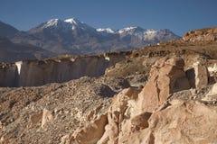 Sillar在阿雷基帕秘鲁向猎物和火山查查尼峰扔石头 库存图片