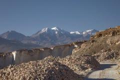 Sillar在阿雷基帕秘鲁向猎物和火山查查尼峰扔石头 免版税库存图片