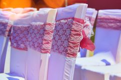 Sillas adornadas coloridas de la boda foto de archivo libre de regalías