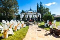 Sillas adornadas en una boda al aire libre Fotografía de archivo