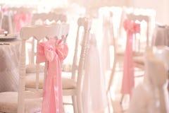 Sillas adornadas para casarse Foto de archivo