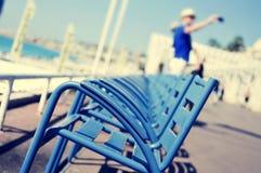 Sillas azules características en Promenade des Anglais en Niza, Imágenes de archivo libres de regalías