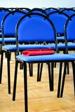 Sillas azules de la escuela a foto de archivo libre de regalías